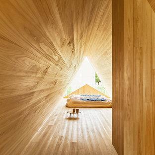 Imagen de dormitorio de estilo zen, pequeño, con paredes marrones, suelo de madera clara y suelo marrón