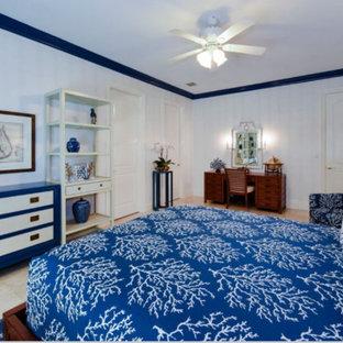 Foto de dormitorio clásico renovado, grande, con paredes blancas y suelo de travertino
