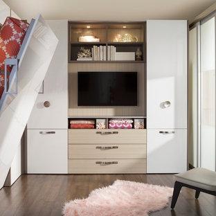 Ejemplo de dormitorio tipo loft, moderno, pequeño, sin chimenea, con paredes blancas y suelo de madera oscura