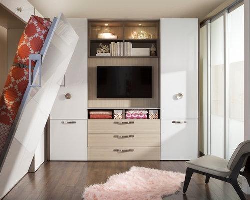 Chambre mansardée ou avec mezzanine avec un sol en bois foncé ...