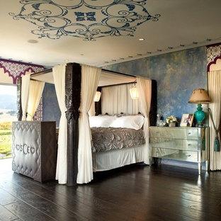 Diseño de dormitorio principal, exótico, grande, con paredes azules y suelo de madera oscura