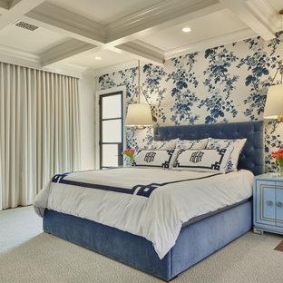 ダラスの広いトラディショナルスタイルのおしゃれな主寝室 (白い壁、茶色い床、格子天井、壁紙)
