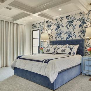 Bild på ett vintage gästrum, med vita väggar, heltäckningsmatta och flerfärgat golv