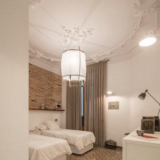 Modelo de habitación de invitados tradicional renovada, sin chimenea, con paredes blancas y suelo de baldosas de cerámica