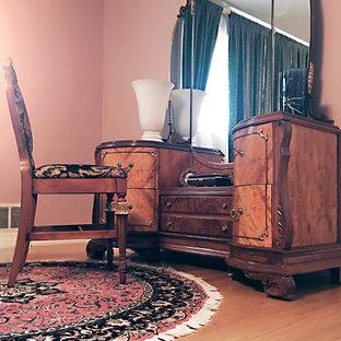 Ejemplo de dormitorio principal, tradicional, de tamaño medio, sin chimenea, con paredes rosas, suelo de madera clara y suelo beige