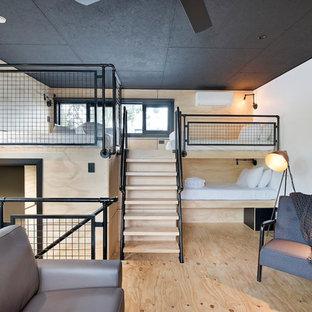 Imagen de dormitorio tipo loft, urbano, pequeño, con paredes blancas, suelo de contrachapado y suelo beige