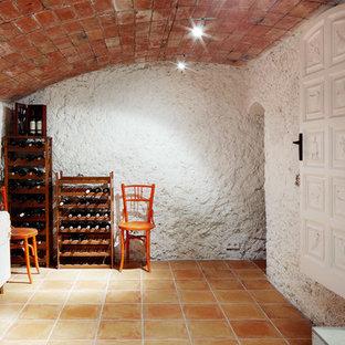 Cette image montre une cave à vin chalet avec un sol en carreau de terre cuite.