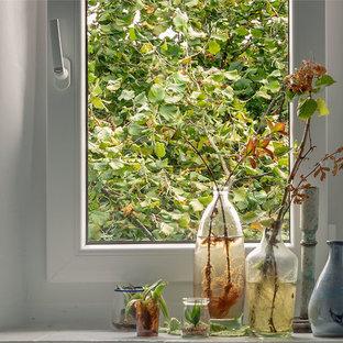 Ejemplo de bodega ecléctica, pequeña, con suelo de baldosas de cerámica, vitrinas expositoras y suelo beige