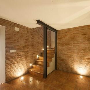 Ejemplo de bodega rural, pequeña, con suelo de baldosas de cerámica, suelo marrón y vitrinas expositoras