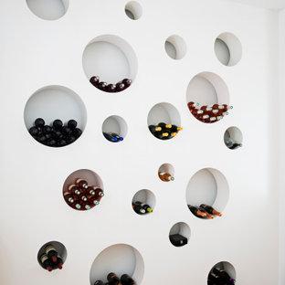 他の地域のインダストリアルスタイルのおしゃれなワインセラー (無垢フローリング、ワインラック、茶色い床) の写真