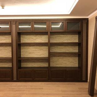 Imagen de bodega rústica, de tamaño medio, con suelo de madera clara, vitrinas expositoras y suelo beige