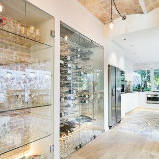 Foto de bodega actual, extra grande, con suelo de baldosas de porcelana, vitrinas expositoras y suelo beige