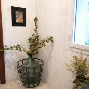 Imagen de bodega tradicional renovada, pequeña, con suelo beige