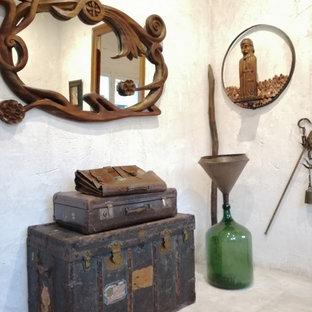 Diseño de bodega tradicional renovada, pequeña, con suelo beige