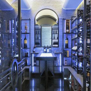 Imagen de bodega moderna, grande, con vitrinas expositoras, suelo negro y suelo de baldosas de porcelana