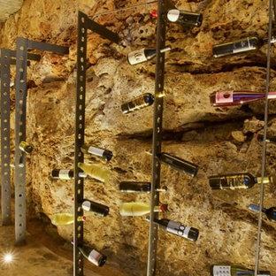 Cette image montre une cave à vin design de taille moyenne avec des casiers.