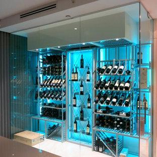 Inspiration för en mellanstor funkis vinkällare, med klinkergolv i porslin, vindisplay och grått golv
