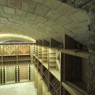 Foto de bodega actual, de tamaño medio, con suelo de madera en tonos medios, botelleros de rombos y suelo beige