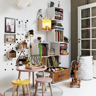 Foto di una cameretta per bambini scandinava di medie dimensioni con pareti bianche