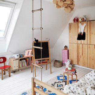 Свежая идея для дизайна: нейтральная детская с игровой среднего размера в скандинавском стиле с белыми стенами, деревянным полом и белым полом для ребенка от 4 до 10 лет - отличное фото интерьера