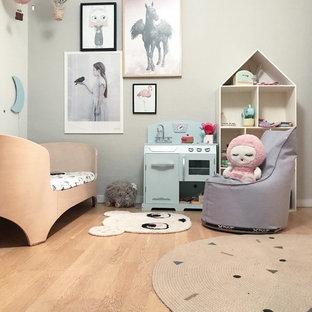 Mittelgroßes, Neutrales Nordisches Kinderzimmer mit Schlafplatz, grauer Wandfarbe, hellem Holzboden und beigem Boden in Sonstige