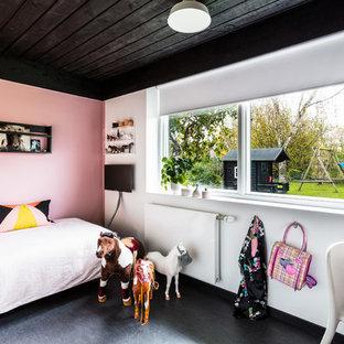 Bild på ett nordiskt flickrum, med rosa väggar och svart golv