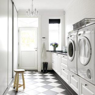 Idee per una sala lavanderia country di medie dimensioni con ante con bugna sagomata, ante bianche, pareti bianche, pavimento in linoleum, lavatrice e asciugatrice affiancate e pavimento multicolore