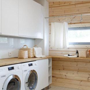 Idéer för att renovera ett mellanstort skandinaviskt beige linjärt beige grovkök, med släta luckor, vita skåp, träbänkskiva, beige väggar, klinkergolv i keramik och en tvättmaskin och torktumlare bredvid varandra