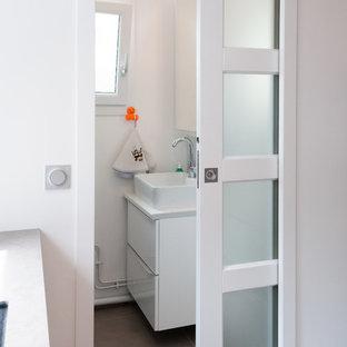 Cette image montre une petite buanderie linéaire design multi-usage avec un évier posé, un sol en carrelage de céramique et un sol gris.
