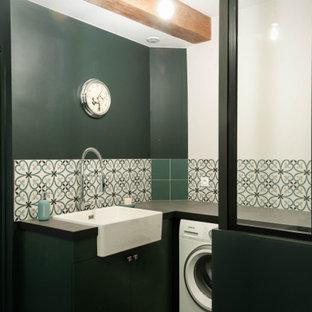Foto di una grande lavanderia multiuso industriale con lavello a vasca singola, top piastrellato, pareti verdi, pavimento con piastrelle in ceramica, lavatrice e asciugatrice affiancate, pavimento grigio e top grigio