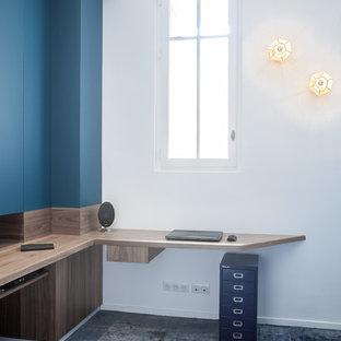 Aménagement d'un bureau contemporain de taille moyenne avec un mur bleu, moquette, un bureau intégré et un sol bleu.