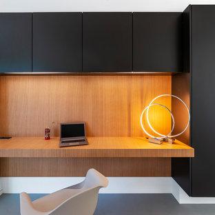 Diseño de despacho madera, contemporáneo, madera, con escritorio empotrado, suelo de cemento, suelo gris y madera