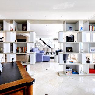 Cette image montre un bureau design avec un mur beige, un bureau indépendant et un sol beige.