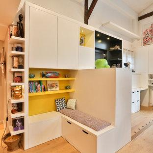 Idée de décoration pour une petite salle de séjour avec une bibliothèque ou un coin lecture design ouverte avec un mur jaune et un sol en bois clair.