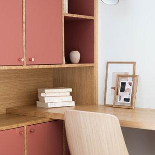Aménagement d'un petit bureau scandinave avec un mur blanc, un bureau intégré et un sol gris.