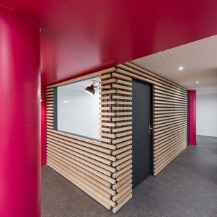Ispirazione per un grande ufficio contemporaneo con pareti rosa, pavimento in linoleum e pavimento grigio