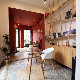 Foto di uno studio contemporaneo di medie dimensioni con libreria, pareti rosa, pavimento in terracotta, scrivania autoportante e pavimento blu