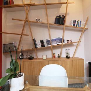 Ispirazione per un ufficio minimal di medie dimensioni con pareti rosa, pavimento in terracotta, scrivania autoportante e pavimento blu