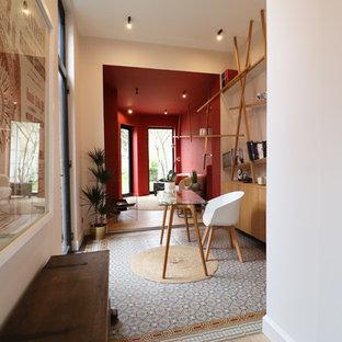 Exemple d'un bureau tendance de taille moyenne avec un mur rose, un sol en carreau de terre cuite, un bureau indépendant et un sol bleu.