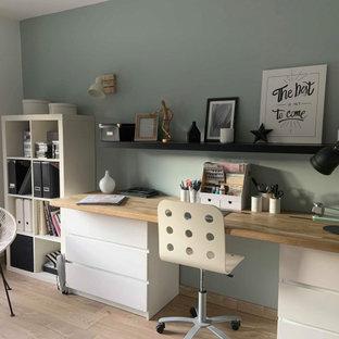ディジョンの北欧スタイルのおしゃれな書斎 (ラミネートの床、暖炉なし、造り付け机、ベージュの床、青い壁) の写真
