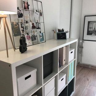 ディジョンの北欧スタイルのおしゃれな書斎 (白い壁、ラミネートの床、造り付け机、ベージュの床) の写真