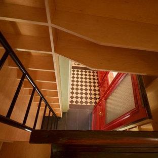 Idee per un piccolo ufficio moderno con pareti beige, pavimento con piastrelle in ceramica, nessun camino, scrivania incassata e pavimento blu