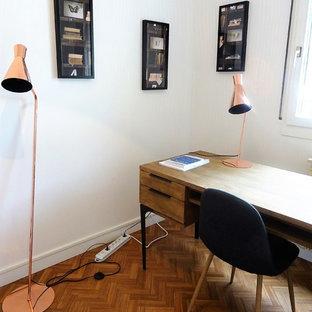 Inspiration för mellanstora exotiska hemmabibliotek, med vita väggar, ett fristående skrivbord, mellanmörkt trägolv och brunt golv