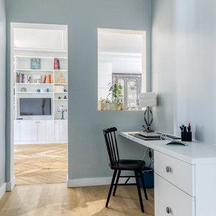 Inspiration pour un bureau design de taille moyenne avec un mur bleu, un sol en bois clair, un bureau intégré et un sol beige.