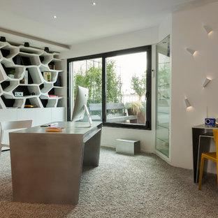 Exemple d'un grand bureau tendance avec un mur blanc, moquette, un bureau indépendant, aucune cheminée et un sol gris.