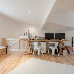 Ejemplo de despacho tradicional renovado, grande, sin chimenea, con paredes blancas, suelo de madera clara y escritorio independiente
