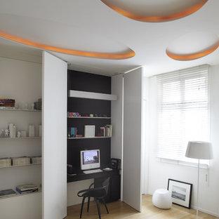 Стильный дизайн: большое рабочее место в скандинавском стиле с белыми стенами, светлым паркетным полом и встроенным рабочим столом - последний тренд