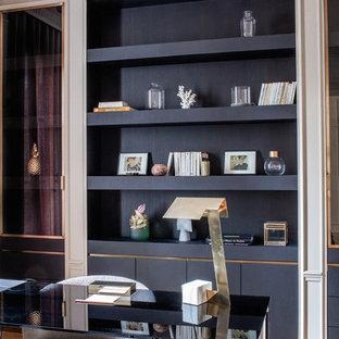 Aménagement d'un bureau classique avec un mur blanc, un sol en bois clair, un bureau indépendant et un sol marron.