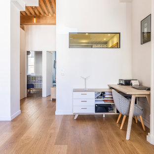 Imagen de despacho escandinavo, pequeño, sin chimenea, con paredes blancas, suelo de contrachapado, escritorio independiente y suelo beige