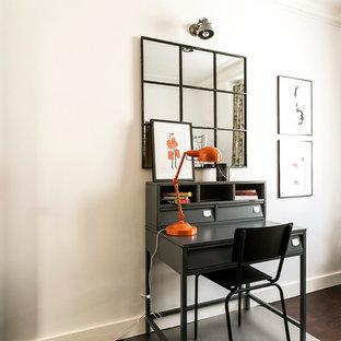 Exemple d'un bureau tendance de taille moyenne avec un mur blanc, un sol en bois foncé, un bureau indépendant et aucune cheminée.